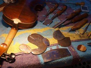 trabajando la nueva pieza del talón (violín Sandner)